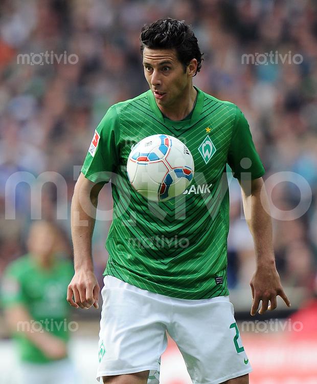FUSSBALL   1. BUNDESLIGA   SAISON 2011/2012   34. SPIELTAG SV Werder Bremen - FC Schalke 04                       05.05.2012 Claudio Pizarro (SV Werder Bremen) Einzelaktion am Ball