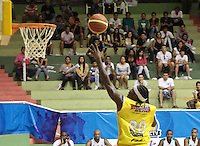 BUCARAMANGA -COLOMBIA, 13-05-2013. Jason Edwin (C) de Búcaros anota en contra de Águilas durante partido de la fecha 15 fase II de la  Liga DirecTV de baloncesto Profesional de Colombia realizado en el Coliseo Vicente Díaz Romero de Bucaramanga./ Jason Edwin (C) of Bucaros score against Aguilas during match of the 15th date phase II of  DirecTV professional basketball League in Colombia at Vicente Diaz Romero coliseum in Bucaramanga. Photo:VizzorImage / Jaime Moreno / STR