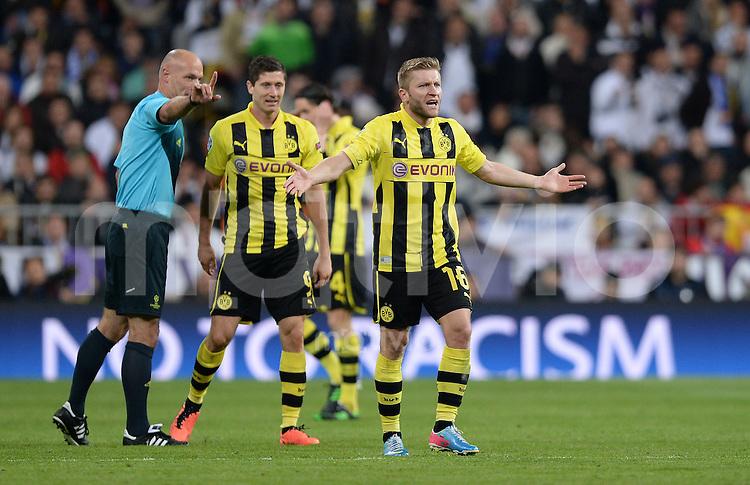 FUSSBALL  CHAMPIONS LEAGUE  HALBFINALE  RUECKSPIEL  2012/2013      Real Madrid - Borussia Dortmund                   30.04.2013 Jakub KUBA Blaszczykowski (Borussia Dortmund) reklamiert, Schiedsrichter Howard Webb (li)