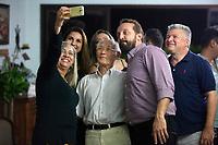 Ciência na Amazônia.<br /> <br /> Cooperação Brasil e Japão na pesquisa científica sobre contaminação por mercúrio<br /> <br /> ( centro.) Hirokatsu Akagi, pesquisador do Instituto Nacional para a Doença de Minama no Japão, posa para selfie com pesquisadores do IEC.