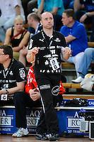 Trainer Stefan Madsen (HCL) schaut angespannt auf die Anzeige nach oben