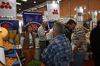 CURITIBA, PR, 08.05.2014 - HORTIFRUTI 2014 / CURITIBA  - Acontece nesta quinta-feira (08) no Ceasa Curitiba abertura da Hortifruti Brasil Show um espaço de aproximação entre os agentes da cadeia produtiva de produtos hortifrutícolas, que vai da produção à distribuição, passando por ambiente de negócios, inovação tecnológica e logística. Paralelamente, acontece a Foods Brasil, uma mostra de produtos italianos de alta gastronomia, inéditos no Brasil. Uma comitiva com 30 empresários italianos. Foto: Paulo Lisboa / Brazil Photo Press)