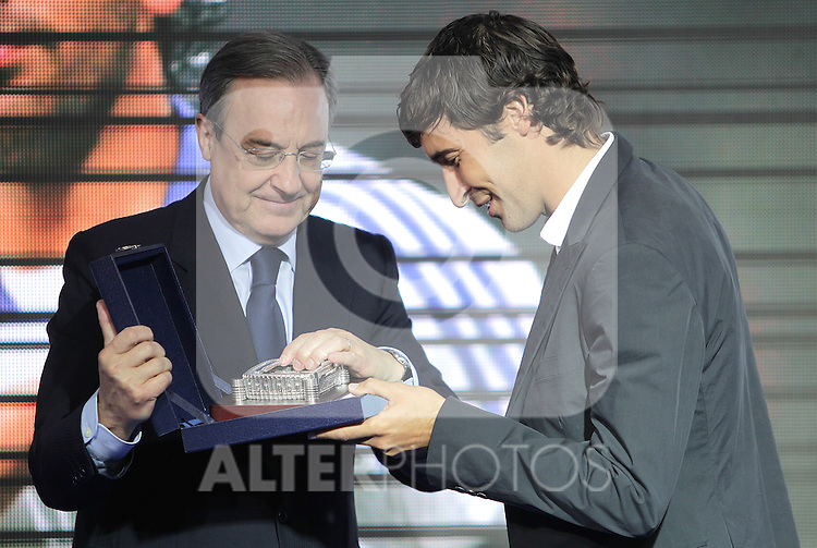 Real Madrid's Raul receives a Santiago Bernabeu stadium replica from president Florentino Perez during farewell act. July 26, 2010. (ALTERPHOTOS/Alvaro Hernandez)