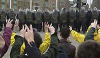 CD33 SOMMET DES AMERIQUES - QUEBEC AVRIL 2001 - MANIFESTATION AFFRONTEMENT MANIFESTANTS ET POLICIERS<br /> PHOTO JACQUES NADEAU LE DEVOIR<br /> 20 AVRIL 2002 P.B-3<br /> 22 AVRIL 2016 P.A-9