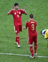 FUSSBALL WM 2014  VORRUNDE    Gruppe B     Spanien - Chile                           18.06.2014 Diego Costa (li) verlaesst fuer Fernando Torres (re, beide Spanien) den Platz