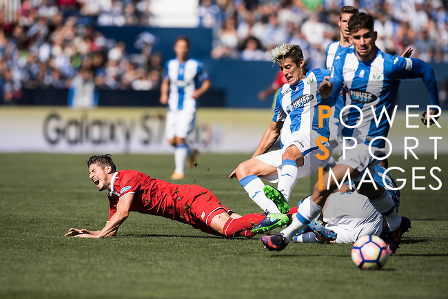 Sergio Escudero Palomo (r) of Sevilla FC falls as he fights for the ball with Martin Mantovani and David Timor Copovi of Deportivo Leganes during their La Liga match between Deportivo Leganes and Sevilla FC at the Butarque Municipal Stadium on 15 October 2016 in Madrid, Spain. Photo by Diego Gonzalez Souto / Power Sport Images