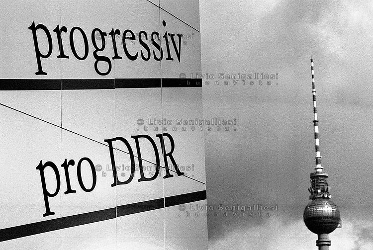 BERLINO EST / DDR / GERMANIA EST / 20 NOVEMBRE 1989.MANIFESTO PROPAGANDISTICO IN ALEXANDER PLATZ..FOTO LIVIO SENIGALLIESI..EAST BERLIN / DDR / EAST GERMANY / 20 NOVEMBER 1989.BIG POSTER PRO-REGIME IN ALEXANDER PLATZ..PHOTO LIVIO SENIGALLIESI