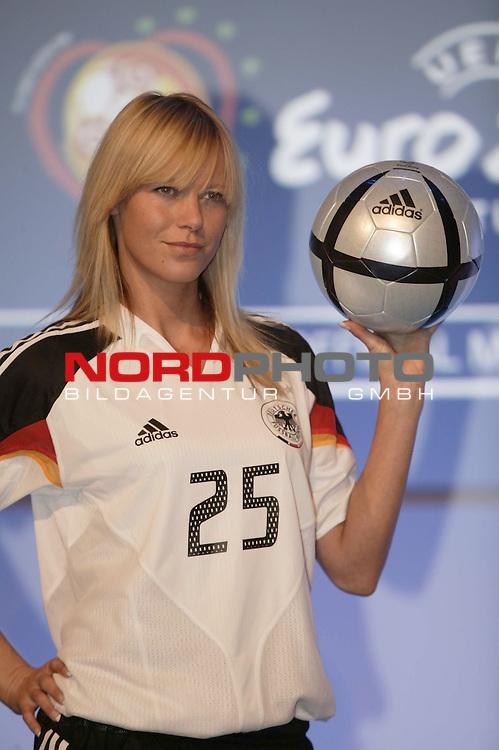 EM 2004 Portugal<br /> Peggy ( 29 ) aus Frankfurt praesentiert das neue Trikot der deutschen Nationalmannschaft fuer die EM in Portugal und den neuen EM Ball von ADIDAs<br /> <br /> <br /> Foto &copy; nordphoto <br /> <br />  *** Local Caption *** Foto ist honorarpflichtig! zzgl. gesetzl. MwSt.<br />  Belegexemplar erforderlich<br /> Adresse: nordphoto<br /> Georg-Reinke-Strasse 1<br /> 49377 Vechta