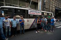 SÃO PAULO, SP, 25.05.2015: TRANSPORTE-SP - Motoristas de micro-ônibus conveniados a EMTU (Empresa Metropolitana de Transportes Urbanos de São Paulo) realizam um protesto na manhã desta segunda-feira (25) na rua Boa Vista, no centro de São Paulo, em frente à sede da Secretaria de Transportes Metropolitanos. ( Foto: Gabriel Soares / Brazil Photo Press)