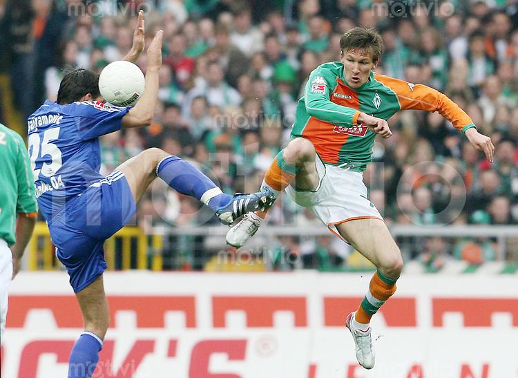 Fussball 1. Bundesliga Saison 2005/2006    31. Spieltag Werder Bremen - FC Schalke 04             Zlatan BAJRAMOVIC (li, Schalke) gegen Jurica VARANJES (re, Bremen)