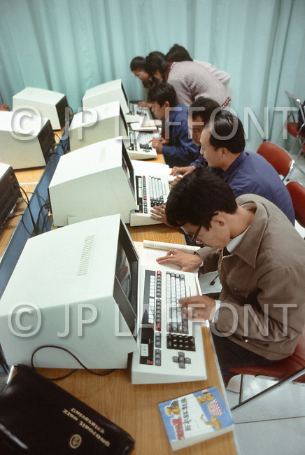 October 1984. In Shang Xi province, at University of Jiaotong, students familiarize themselves to computers given by Honeywell to the University, which is famous for teaching foreign languages to the students.