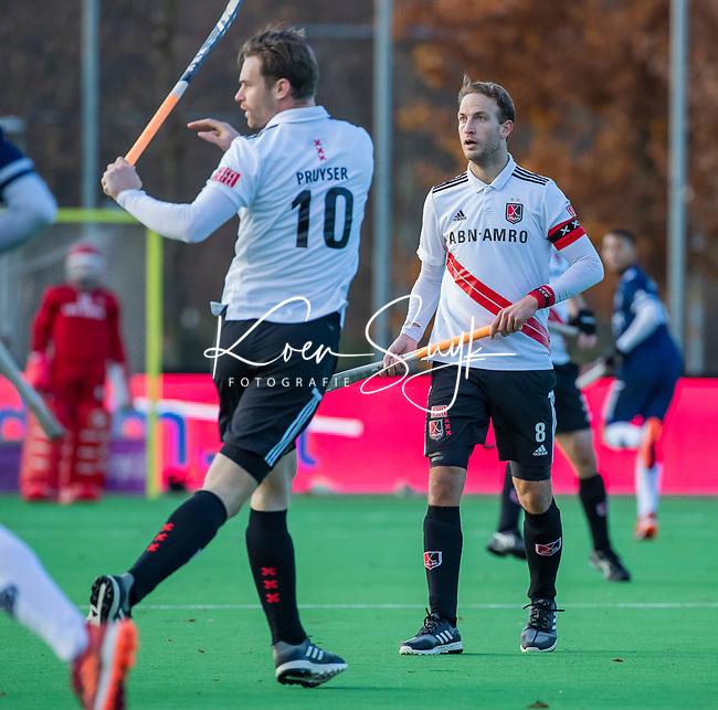 AMSTELVEEN - Billy Bakker (Adam) met Mirco Pruyser (Adam) tijdens de competitie hoofdklasse hockeywedstrijd heren, Pinoke-Amsterdam (1-1)   COPYRIGHT KOEN SUYK