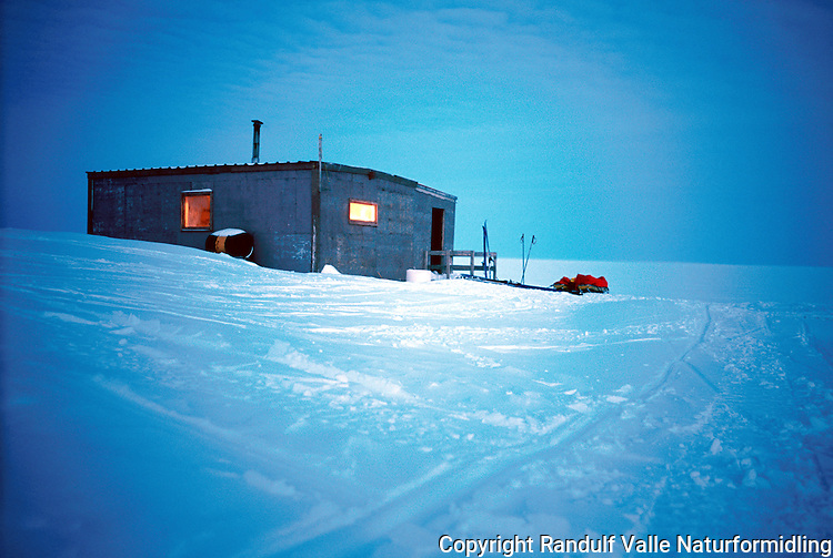 Hytte vest for Cambridge Bay i Canada. ---- Cabin west of Cambridge Bay in Canada.