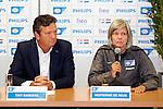 Nederland, Eindhoven, 18 juli 2012.Seizoen 2012/2013.Dames Voetbal van PSV.vandaag werd het Vrouwenteam PSV/FC Eindhoven gepresenteerd.Tiny Sanders Voorzitter van PSV  en Hesterine De Reus (coach), die het uit- en thuistenue van PSV/FC Eindhoven toonden