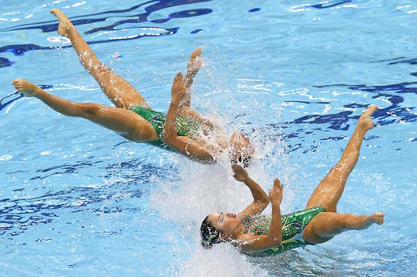 LON160 LONDRES (REINO UNIDO) 10/8/2012 .- El equipo japonés de natación sincronizada realiza el ejercicio de rutina libre en la final de la categoria hoy, 10 de agosto de 2012, en el Centro Acuático de los Juegos Olímpicos de Londres.EFE/Lavandeira Jr.