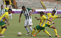 NEIVA, COLOMBIA, 01-05-2016:Jugadores del Atlético Huila disputan el balón con Daniel Londoño (C) del Atlético Nacional durante partido por la fecha 16 de la Liga Águila I 2016 jugado en el estadio Guillermo Plazas Alcid de la ciudad de Neiva./ Players of Atletico Huila fight for the ball with Daniel Londoño (C) player of Atletico Nacional during match for the date 16 of the Aguila League I 2016 played at Guillermo Plazas Alcid in Neiva city. VizzorImage / Sergio Reyes / Cont