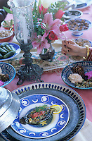 "Europe et Asie /Turquie/Istanbul: Restaurant ""Zeyrekhane"" Quartier Unkapani - Service des aubergines farcies"