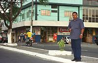 Nivaldo Marinho, ex assessor do deputado estadual pelo Amazonas Mário Frota do PDT,acusa o parlamentar de pedir propina em nome do senador Jáder Barbalho ao empresário David Benayon para liberar recursos da Sudam. <br />Marinho que fez uma gravação em fita das conversas do deputado afirma que as reuniões para discutir as propinas eram feitas na loja do cunhado do parlamentar(em segundo plano , Armazem Ferrajão).  <br />Manaus Amazonas Brasil <br />26/07/2001.<br />Foto Paulo Santos/Interfoto