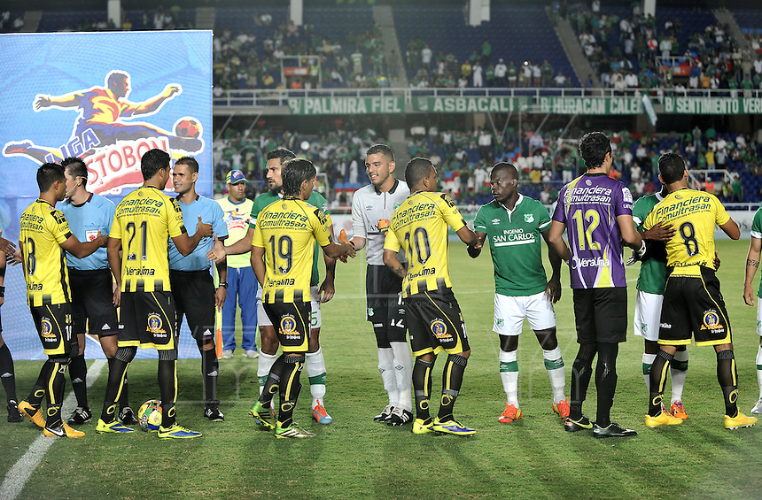 CALI - COLOMBIA -02-04-2014: Los Jugadores de Deportivo Cali y Alianza Petrolera antes de partido Deportivo Cali y Alianza Petrolera por la fecha 14 de la Liga Postobon I 2014 en el estadio Pascual Guerrero de la ciudad de Cali.  / The players of Alianza Petrolera before a match between Deportivo Cali and Alianza Petrolera for the date 14th of the Liga Postobon I 2014 at the Pascual Guerrero stadium in Cali city. Photo: VizzorImage / Luis Ramirez / Staff.