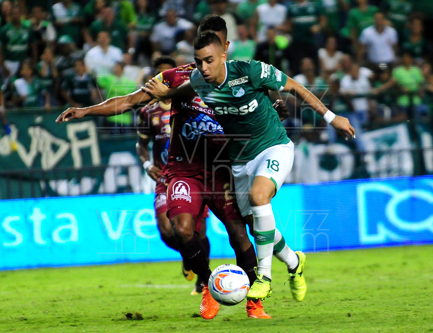 CALI - COLOMBIA - 24 - 09 - 2017: Daniel Giraldo (Der.) jugador de Deportivo Cali disputa el balón con Fainer Torijano (Izq.) jugador de Deportes Tolima, durante partido de la fecha 13 entre Deportivo Cali y Deportes Tolima, por la Liga Aguila II- 2017, jugado en el estadio Deportivo Cali (Palmaseca) de la ciudad de Cali. / Daniel Giraldo (R) player of Deportivo Cali vies for the ball with Fainer Torijano (L) player of Deportes Tolima, during a match of the date 13th between Deportivo Cali and Deportes Tolima, for the Liga Aguila II- 2017 at the Deportivo Cali (Palmaseca) stadium in Cali city. Photo: VizzorImage  / Nelson Rios / Cont.
