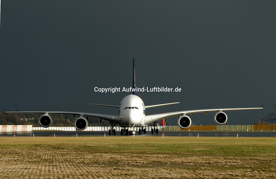 Airbus A380: EUROPA, DEUTSCHLAND, HAMBURG, (EUROPE, GERMANY), 04.12.2007: Airbus A 380 auf dem Werksflugplatz Finkenwerder zur Ausliefung, Flugplatz, Produktionsstandort, EADS, Airbus, A 380,  Landebahn, Startbahn , Singapore Airlines, Power 8, Euro Dollar,  Sparprogramm, Personal, Entlassung,  380, A380, aeronautics, Aeroplane, Aerospace, Air, Airbus, AIRCRAFT, Aircrafts, Airline, Airlinecompany, Airlines, Airplane, Airport, Airtraffic, Airtransport, Asian, Aviation, carrier, COmpany, Companylogo, Companysign, CONSTRUCTION, display, Doppeldecker,  Duese, Duesenflugzeug, Economy, engine, Fahrwerk, Firmenabzeichen, Firmenlogo, Firmenname, Firmenzeichen, fliegen, Flieger, Flugbetrieb, Fluggesellschaft, Flughafen, Fluglinie, Flugplatz, Flugverkehr, Flugzeug, Flugzeuge, fly, gear, Grossraumflugzeug, Industrie, Industries, Industrys, Jet, lackierung, landefahrwerk,  logo, Luftfahrt, luftfahrtindustrie, Luftfahrtunternehmen, Luftfahrzeug, Lufttransport, Luftverkehr, Messe, painting, passagierflugzeug, Personenluftfahrt, Reisen, Rolls, Royce, show, Singapore, Singapur, traffic, Transport, travel, Triebwerke, Urlaubsflieger, Verkehr, Wirtschaft , Aufwind Luftbilder, ..c o p y r i g h t : A U F W I N D - L U F T B I L D E R . de.G e r t r u d - B a e u m e r - S t i e g 1 0 2, .2 1 0 3 5 H a m b u r g , G e r m a n y.P h o n e + 4 9 (0) 1 7 1 - 6 8 6 6 0 6 9 .E m a i l H w e i 1 @ a o l . c o m.w w w . a u f w i n d - l u f t b i l d e r . d e.K o n t o : P o s t b a n k H a m b u r g .B l z : 2 0 0 1 0 0 2 0 .K o n t o : 5 8 3 6 5 7 2 0 9.C o p y r i g h t n u r f u e r j o u r n a l i s t i s c h Z w e c k e, keine P e r s o e n l i c h ke i t s r e c h t e v o r h a n d e n, V e r o e f f e n t l i c h u n g  n u r  m i t  H o n o r a r  n a c h M F M, N a m e n s n e n n u n g  u n d B e l e g e x e m p l a r !.