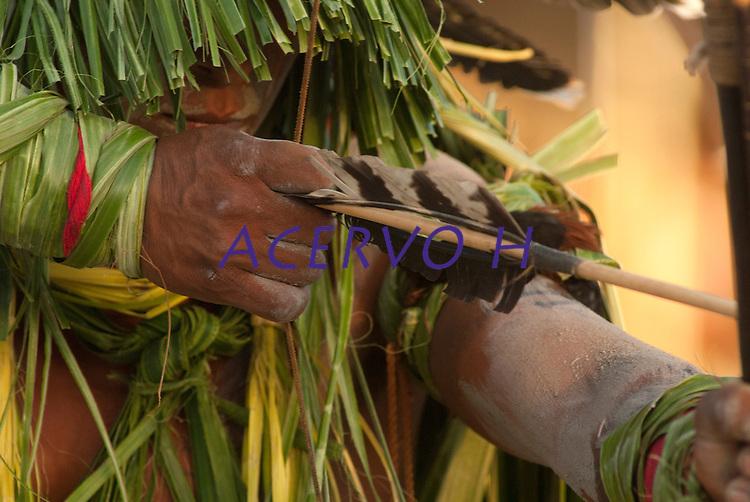 X JOGOS DOS POVOS IND&Iacute;GENAS <br /> Enawen&ecirc; Nau&ecirc; dan&ccedil;am o Y&acirc;kuan pedindo fartura de peixe, cobertos de palha com arcos e flexas.<br /> Lideran&ccedil;a Enawene Nawe do Mato Grosso estimula suas guerreiras durante disputa de cabo de guerra.<br /> Os Jogos dos Povos Ind&iacute;genas (JPI) chegam a sua d&eacute;cima edi&ccedil;&atilde;o. Neste ano 2009, que acontecem entre os dias 31 de outubro e 07 de novembro. A data escolhida obedece ao calend&aacute;rio lunar ind&iacute;gena. com participa&ccedil;&atilde;o  cerca de 1300 ind&iacute;genas, de aproximadamente 35 etnias, vindas de todas as regi&otilde;es brasileiras. <br /> Paragominas , Par&aacute;, Brasil.<br /> Foto Paulo Santos<br /> 05/11/2009