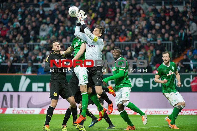 08.02.2014, Weser Stadion, Bremen, GER, 1.FBL, Werder Bremen vs Borussia Dortmund, im Bild<br /> Manuel Friedrich (Dortmund #2)<br /> Sebastian Pr&ouml;dl / Proedl (Bremen #15)<br /> Roman Weidenfeller (Dortmund #1)<br /> Assani Lukimya (Bremen #5)<br /> <br /> <br /> Foto &copy; nordphoto / Kokenge