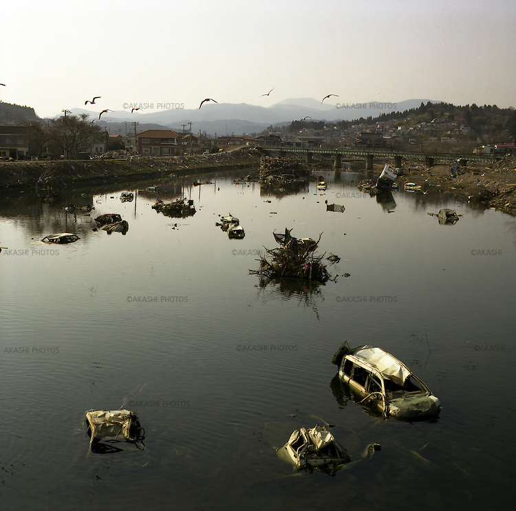 On March 11, 2011, earthquake of magnitude 9.0 and devastating tsunami hit the Tohoku area, killing more than 15,000 people and missing more than 5,000 people. One month after the tsunami, still many cars floated in the river in Kesennuma, Miyagi.<br /> <br /> Le 11 mars 2011, un séisme de magnitude 9,0 et un tsunami dévastateur ont frappé la région de Tohoku, faisant plus de 15 000 morts et plus de 5 000 disparus. Un mois après le tsunami, de nombreuses voitures flottaient encore dans la rivière à Kesennuma, Miyagi.