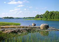 Flyttblock vid häll på Östra-Lagnö i Roslagen Stockholms skärgård. Stone in the archipelago i Roslagen Sweden.