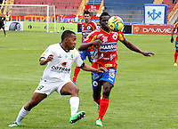 PASTO - COLOMBIA -07-09-2014: Victor Zapata (Izq.) jugador de Deportivo Pasto disputa el balón con Jhonny Hinestroza (Der.) jugador de La Equidad durante partido entre Deportivo Pasto y La Equidad de la fecha 8 de la Liga Postobon II 2014, jugado en el estadio Libertad de la ciudad de Pasto. / Victor Zapata (R)  player of Deportivo Pasto fights for the ball with Jhonny Hinestroza (L) player of La Equidad during a match between Deportivo Pasto and La Equidad for the date 8 of the Liga Postobon II 2014 at the Libertad stadium in Pasto city. Photo: VizzorImage  / Leonardo Castro / Str.