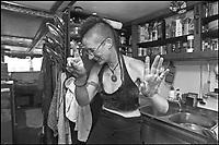 A Sant'Arcangelo di Romagna, (Rimini), &egrave; sorta neglii anni '90 la comunit&agrave; dei Mutoidi. <br /> Mutonia &egrave; la loro citt&agrave;, le case sono  vagoni, corriere dismesse, carri, camper.<br /> Circa 30 persone che vivono costruendo robot, sculture mobili, arredamenti punk, creature mostrose.