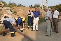 MdB Franz-Josef Jung besucht mit Mitgliedern der CDU Groß-Gerau den THW in Groß-Gerau und beobachtet die Übung zur Bergung, Henning Müller (Leiter SEELift, THW OV Groß-Gerau) erklärt