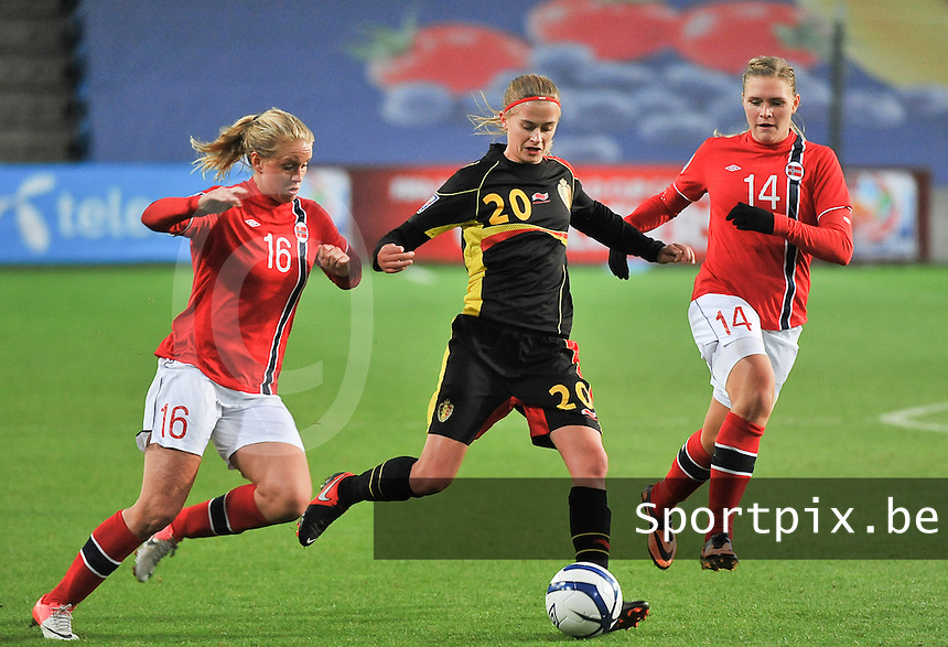 20130925 - OSLO , NORWAY : Belgian Julie Biesmans pictured surrounded with Norwegian Elise Thorsnes (16) and Norwegian Ingvild Isaksen  (14) during the female soccer match between Norway and Belgium , on the second matchday in group 5 of the UEFA qualifying round to the FIFA Women World Cup in Canada 2015 at the Ullevaal Stadion , Oslo . Wednesday 25th September 2013. PHOTO DAVID CATRY