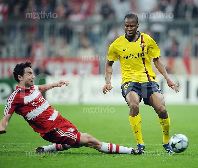 Fussball   International    Champions League  Viertelfinale  Saison 2008/2009     FC Bayern Muenchen - FC Barcelona                               14.04.2009 Mark van Bommel (Muenchen,li) gegen Seydou Keita (Barcelona,re)