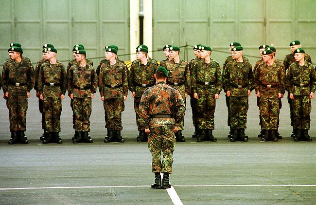Geloebnis von Soldaten der 2. Kompanie des Jaegerbatallions 1 BERLIN und der 2. Kompanie des Wachbatallions BMVg in der Berliner Bluecher-Kaserne.<br /> Die Rekruten des Jaegerbatallions werden ab Mai 2001 als Einsatzkraefte BERLINER JAEGER zur KFOR-Friedenstruppe in den Kosovo verlegt.<br /> Hier: Rekruten des Jaegerbatallions nehmen Aufstellung.<br /> 5.10.2000, Berlin<br /> Copyright: Christian-Ditsch.de<br /> [Inhaltsveraendernde Manipulation des Fotos nur nach ausdruecklicher Genehmigung des Fotografen. Vereinbarungen ueber Abtretung von Persoenlichkeitsrechten/Model Release der abgebildeten Person/Personen liegen nicht vor. NO MODEL RELEASE! Nur fuer Redaktionelle Zwecke. Don't publish without copyright Christian-Ditsch.de, Veroeffentlichung nur mit Fotografennennung, sowie gegen Honorar, MwSt. und Beleg. Konto: I N G - D i B a, IBAN DE58500105175400192269, BIC INGDDEFFXXX, Kontakt: post@christian-ditsch.de<br /> Bei der Bearbeitung der Dateiinformationen darf die Urheberkennzeichnung in den EXIF- und  IPTC-Daten nicht entfernt werden, diese sind in digitalen Medien nach &sect;95c UrhG rechtlich gesch&uuml;tzt. Der Urhebervermerk wird gemaess &sect;13 UrhG verlangt.]