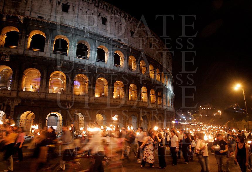 Fiaccolata contro l'intolleranza e i razzismi, al Colosseo, Roma, 24 settembre 2009, a seguito i recenti casi di omofobia e di aggressioni a sfondo razzista verificatisi nella capitale..Torchlight procession against intolerance and racism at Rome's Colosseum, 24 september 2009..UPDATE IMAGES PRESS/Riccardo De Luca