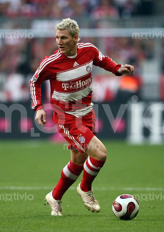 FUSSBALL    1. BUNDESLIGA    SAISON 2007/2008    9. Spieltag FC Bayern Muenchen - 1.FC Nuernberg Bastian SCHWEINSTEIGER (Muenchen), Einzelaktion am Ball.