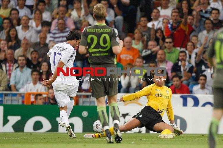UEFA  Champions League  2007/2008 Gruppe C <br /> 1. Gruppenspiel - SANTIAGO BERNABEU Stadion Madrid<br /> <br /> REAL MADRID - WERDER BREMEN <br /> <br /> Keeper Tim Wiese ( Bremen GER #1) klaert vor Ruud van Nistelrooy (Madrid NED #17), Per Mertesacker ( Bremen GER #29 ) schaut zu<br /> <br /> Foto &copy; nph (  nordphoto  )<br /> <br /> <br /> <br />  *** Local Caption ***