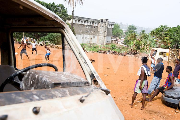 Jugendliche spielen am Samstag Fussball auf einem provisorischen Fussballfeld in Freetown, Sierra Leone.