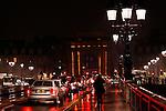 20080130 - France - Aquitaine - Bordeaux<br /> EMBOUTEILLAGES SUR LE PONT DE PIERRE, FACE A LA PORTE DE BOURGOGNE A BORDEAUX.<br /> Ref : EMBOUTEILLAGES_QUAIS_001.jpg - © Philippe Noisette.