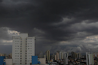 SAO PAULO, SP, 11-03-2014, NUVENS CARREGADAS. Na tarde dessa terca-feira (11), nuvens carregadas se aproximam do bairro da Mooca, zona leste de São Paulo. Luiz Guarnieri/ Brazil Photo Press.