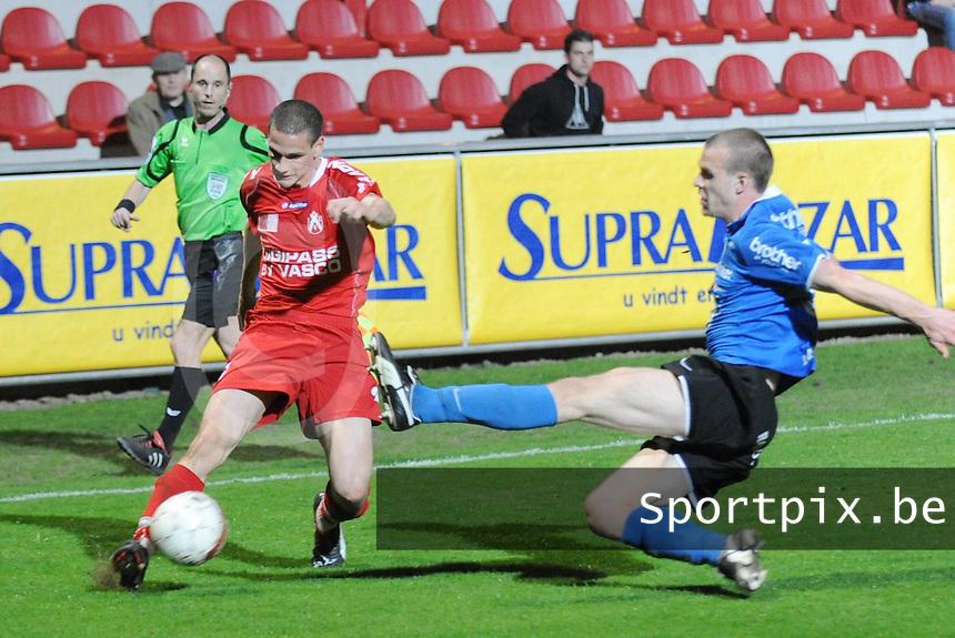 KV Kortrijk - FC Dender..Tristan Lahaye met de voorzet voor de tackelende Siebe Blondelle (recht)..foto David Catry / VDB