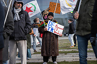 Kurden-Protest vor dem Kanzleramt anlaesslich des Besuch des tuerkischen Ministerpraesidenten Binali Yildirim bei Bundeskanzlerin Angela Merkel.<br /> Die Demonstranten forderten den Abzug tuerkischer Truppen aus dem Norden von Syrien, wo die Tuerkei die Stadt Afrin angreift um die dort lebenden Kurden zu vertreiben. Zudem forderten die Demonstranten, dass die Bundesregierung die Unterstuetzung der Tuerkei mit Waffen und Panzern beenden soll.<br /> Im Bild: Eine Demonstrantin haelt ein Schild mit der Aufschrift DE (Deutschland) finanziert TR (Tuerkei) bombardiert.<br /> 15.2.2018, Berlin<br /> Copyright: Christian-Ditsch.de<br /> [Inhaltsveraendernde Manipulation des Fotos nur nach ausdruecklicher Genehmigung des Fotografen. Vereinbarungen ueber Abtretung von Persoenlichkeitsrechten/Model Release der abgebildeten Person/Personen liegen nicht vor. NO MODEL RELEASE! Nur fuer Redaktionelle Zwecke. Don't publish without copyright Christian-Ditsch.de, Veroeffentlichung nur mit Fotografennennung, sowie gegen Honorar, MwSt. und Beleg. Konto: I N G - D i B a, IBAN DE58500105175400192269, BIC INGDDEFFXXX, Kontakt: post@christian-ditsch.de<br /> Bei der Bearbeitung der Dateiinformationen darf die Urheberkennzeichnung in den EXIF- und  IPTC-Daten nicht entfernt werden, diese sind in digitalen Medien nach §95c UrhG rechtlich geschuetzt. Der Urhebervermerk wird gemaess §13 UrhG verlangt.]