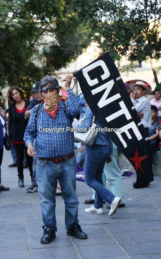 Oaxaca de Ju&aacute;rez, Oax. 30/01/2017.- Integrantes de la secci&oacute;n 22 de la Coordinadora Nacional de Trabajadores de la Educaci&oacute;n (CNTE), quienes se acompa&ntilde;aron de pobladores de Santa Mar&iacute;a Atzompa y de la organizaci&oacute;n &ldquo;Corriente del Pueblo Sol Rojo&rdquo; marcharon de la &quot;Fuente de las 8 Regiones&quot; con destino al z&oacute;calo de Oaxaca, en protesta al gasolinazo, as&iacute; como en contra de las &ldquo;Reformas Estructurales&rdquo; impuestas por Enrique Pe&ntilde;a Nieto, presidente de la Rep&uacute;blica Mexicana.<br /> <br /> Cabe destacar que dicha marcha efectuada en la capital de Oaxaca, fue solo una representatividad de la manifestaci&oacute;n masiva magisterial, ya que este mismo d&iacute;a los docentes de diversas comunidades del estado; protestaron en diferentes sectores y regiones de la entidad por la vigencia del Movimiento Democr&aacute;tico de los Trabajadores de la Educaci&oacute;n (MDTEO).<br /> <br /> Foto: Patricia Castellanos.