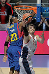 Caja Laboral Baskonia's Tiago Splitter (r) and FC Barcelona's Terence Morris during ACB Finals match. June 15,2010. (ALTERPHOTOS/Acero)