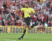 BOGOTÁ -COLOMBIA, 06-09-2014. Ulises Arrieta arbitro durante el partido entre  Independiente Santa Fe y Deportes Tolima por la fecha 8 de la Liga Postobón  II 2014 jugado en el estadio Nemesio Camacho el Campín de la ciudad de Bogotá./ Ulises Arrieta referee during the macth between Independiente Santa Fe and Deportes Tolima during the match for the 8th date of the Postobon League I 2014 played at Nemesio Camacho El Campin stadium in Bogotá city. Photo: VizzorImage/ Gabriel Aponte / Staff