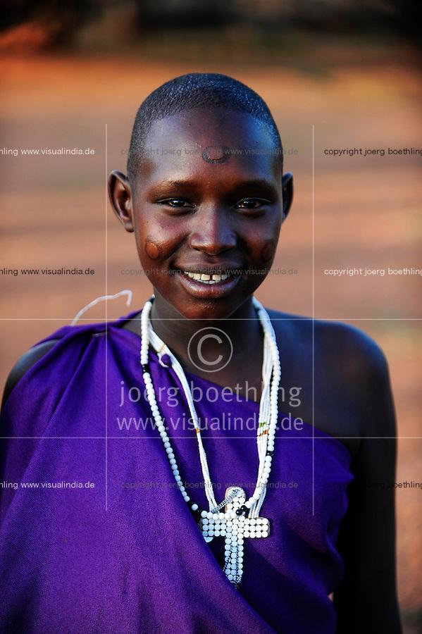 TANZANIA, Korogwe, Massai in Kwalukonge village, woman with necklace and cruzifix / TANSANIA, Korogwe, Massai im Dorf Kwalukonge, Frau mit Halskette und Kruzifix