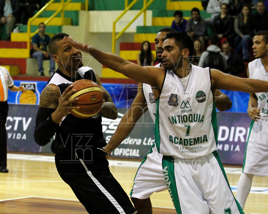 MANIZALES -COLOMBIA, 21-03-2014. Jonathan Walker (Izq) de Manizales Once Caldas disputa el balón con Álvaro Contreras (Der) de Academia de la Montaña durante partido por la fecha 3 de la Liga DirecTV de Baloncesto 2014-I de Colombia jugado en el coliseo Jorge Arango de la ciudad de Manizales./  Jonathan Walker (L) of Manizales Once Caldas (L) vies for the ball with Alvaro Contreras (R) of Academia de la Montaña for the third date of the DirecTV Basketball League 2014-I in Colombia at Jorge Arango coliseum in Manizales. Photo:VizzorImage / Santiago Osorio / STR