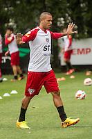 SÃO PAULO, SP, 29 DE OUTUBRO DE 2013 - TREINO SAO PAULO - O jogador do São Paulo, Luis Fabiano, durante treino no CT da Barra Funda, região leste da capital, na manhã desta terça-feira, 29. FOTO: MARCELO BRAMMER / BRAZIL PHOTO PRESS