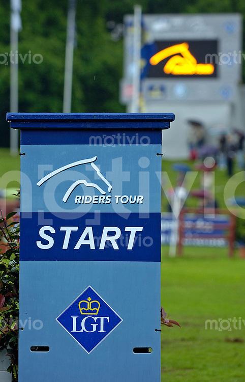 Grosser Preis von Hamburg, Springpruefung mit Stechen der Teams - international (1,50 m), Wertungspruefung der RIDERS TOUR Team, Pferdesport, Springreiten, Steele (Start des Parcours) mit dem Symbol der RIDERS Tour